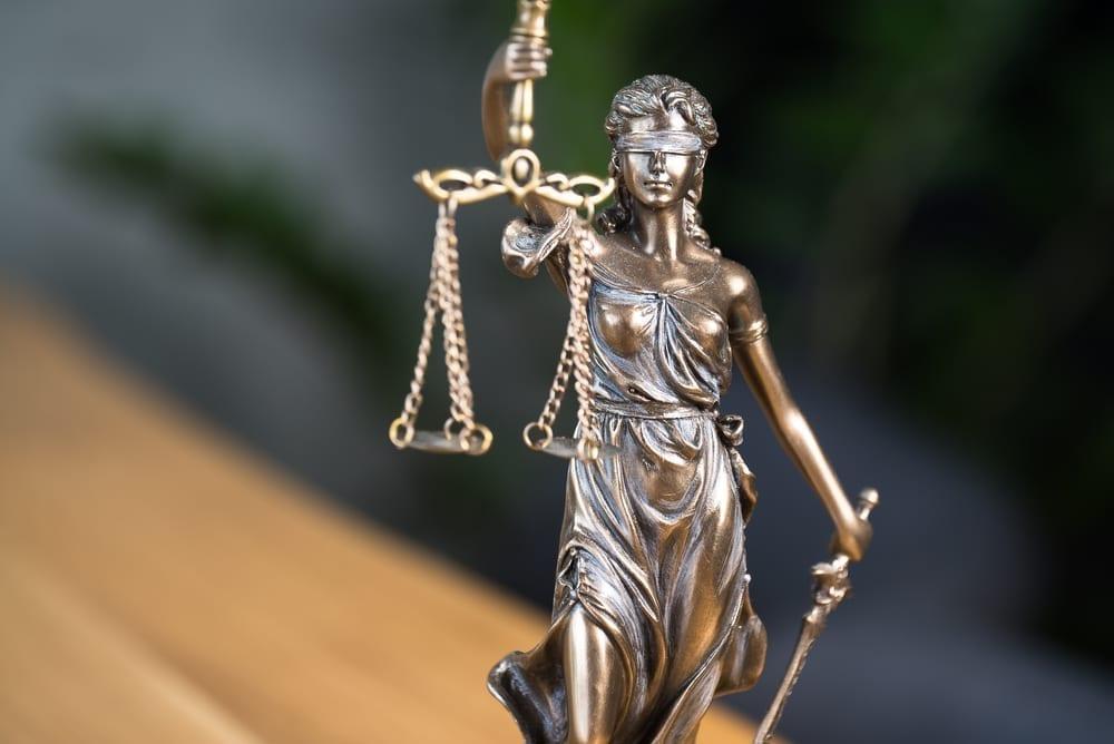 Estatua de la Justicia. Primer plano de la figura de la dama